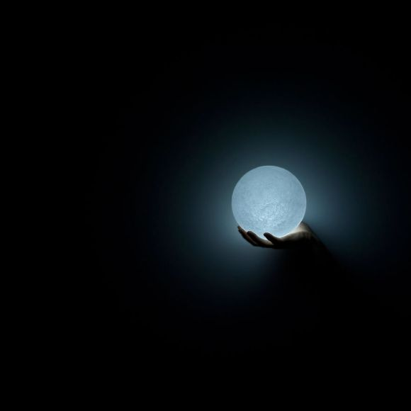 Totally-Accurate-LED-Lamp-Mimics-The-Moon3__880[1]