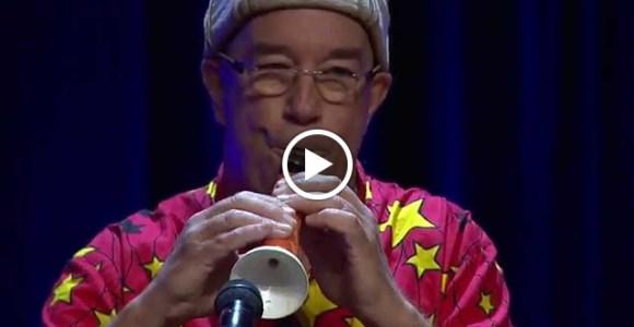 Esse australiano mostra como prender a atenção em uma palestra – criando um clarinete de cenoura