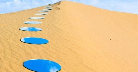 Artista usa espelhos para criar cenário surreal no deserto