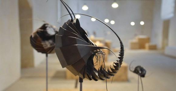 Ele trabalha o metal para criar esculturas inspiradas em 'aliens'