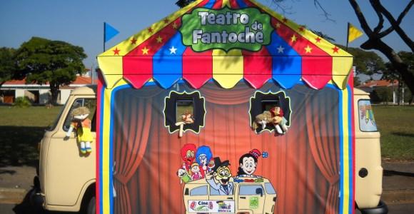 Casal de brasileiros transforma Kombi num teatro infantil itinerante