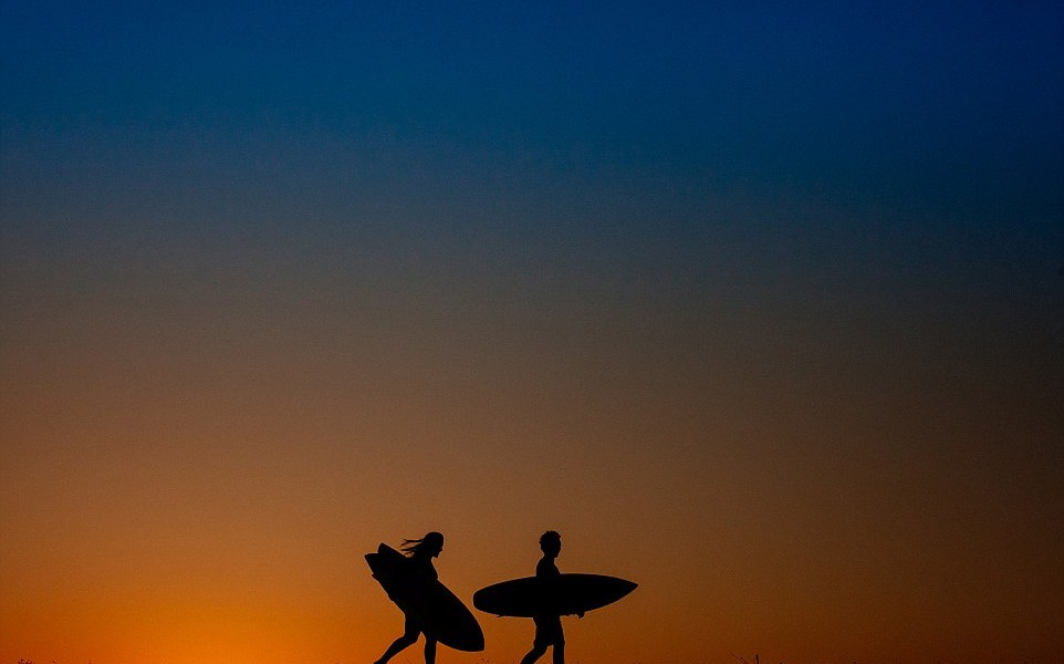 3488055100000578-3604520-An_artistic_photograph_taken_by_Ueliton_Santos_shows_two_surfers-a-37_1464273652750