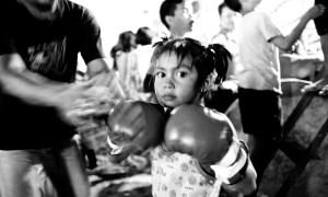Muay Thai (Thaiboxen), der Nationalsport Thailands, zŠhlt zu den hŠrtesten Kampfsportarten der Welt. Vielen Menschen sichert er den Lebensunterhalt, deshalb gehšren KinderkŠmpfe fŸr Touristen und wettende Einheimische in den Stadien Thailands zum Alltag. Ein Mindestalter fŸr die KŠmpfer gibt es nicht.  FŸr einen Hungerlohn gehen sie zwei- bis dreimal im Monat mit BoxkŠmpfen an ihre physischen und psychischen Grenzen. Die wenigsten schaffen es, ein begehrtes Boxidol zu werden und als Profi viel Geld zu verdienen. Mit 25 Jahren ist die Karriere meistens beendet.