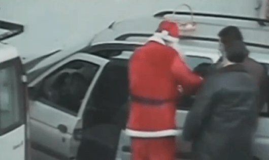 Papa Noel detiene a un mafioso