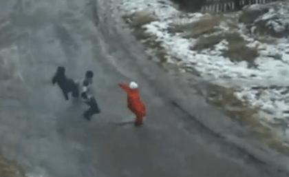 Cruzando una calle congelada
