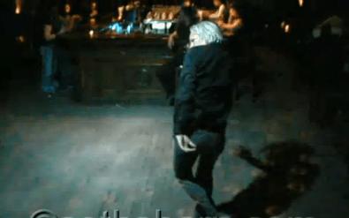 Video de Julian Assange donde demuestra que es el rey de las pistas de baile