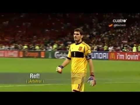 Iker Casillas pidiendo al árbitro que pite el final para respetar a Italia