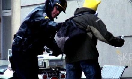 La broma de mear delante de la policía