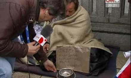 Despreciable Manolo Lama humillando a un mendigo alemán