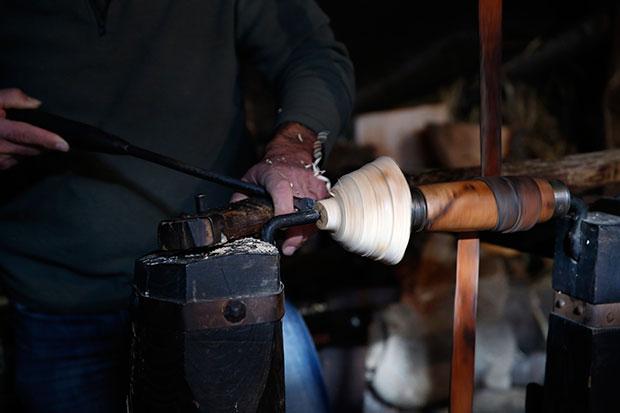 Victorino García en su taller artesano de la Tierra de los Cunqueiros, en Asturias