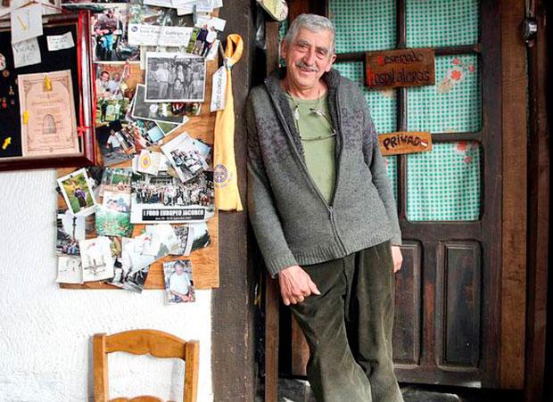 Jesús Jato en su albergue de Villafranca del Bierzo