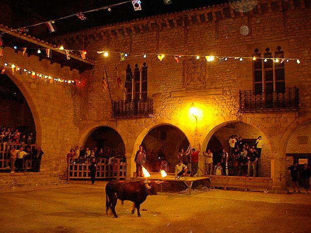 Toro embolado en Cantaviejal en el Maestrazo (Teruel)