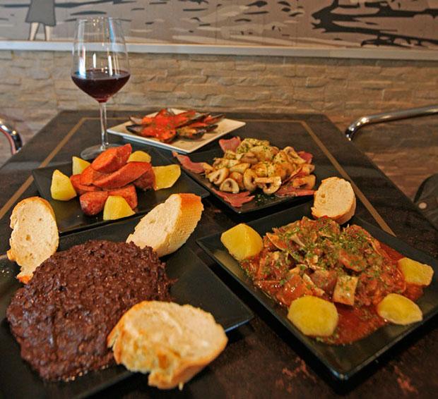 Chorizo, Bacon con champiñón, Oreja, Morcilla de León y Mejillones del Cafe Bar Espolon