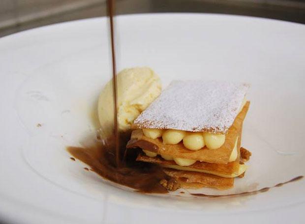 Milhoja de crema con cocholate caliente del restaurante Cepa 21