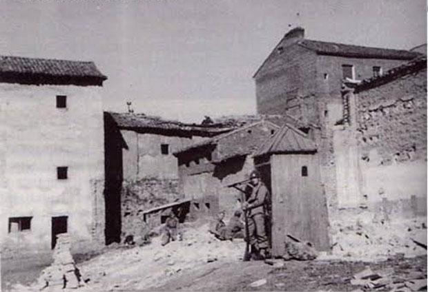 El Palacio Real y Mudéjar de León cuando era cuartel de milicias sobre 1945