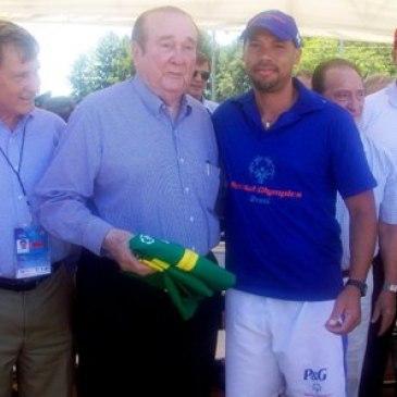 Seleção Special Olympics Brasil presenteia Dr. Nicoláz Leoz no encerramento da Copa América Special Olympics