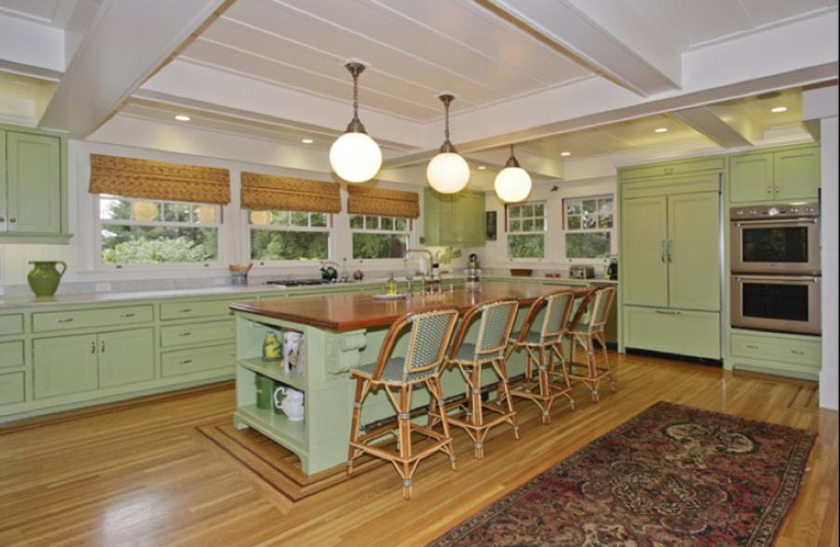Η κουζίνα. Οι καρέκλες, το χαλί, τα χρώματα, όλα μοιάζουν βγαλμένα από άλλη δεκαετία