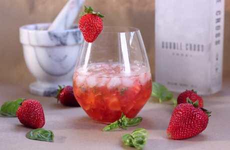 Πέρα από λατρεμένο καλοκαιρινό φρούτο, η φράουλα είναι πλούσια σε βιταμίνη C και φυτικές ίνες.