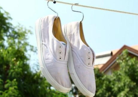 Αφήστε τα παπούτσια να στεγνώσουν μια ολόκληρη νύχτα βάζοντας μέσα στο εσωτερικό τους χαρτιά για να διατηρήσουν το σχήμα τους.