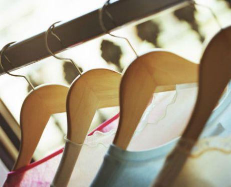 Σκεφτείτε καλά ποια ρούχα δεν πρόκειται να ξαναφορέσετε. Αδειάστε χώρο στη ντουλάπα σας για να δώσετε στο 'σύμπαν' το κατάλληλο μήνυμα. Όσο κρατάτε παλαιολιθικά ρούχα στη ντουλάπα σας τόσο πιο πιθανό είναι να μην αλλάξει κάτι στη ζωή σας.