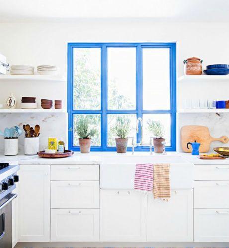 Μερικές φωτεινές πινελιές στην κουζίνα θα αναδείξουν αμέσως τον χώρο και θα τον κάνουν να δείχνει πιο ζωντανός. Για τους τοίχους επιλέξτε πιο παλ αποχρώσεις.