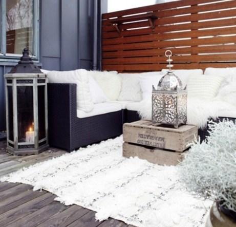 Ένα χαλί, μια σόμπα και μερικές κουβέρτες θα δώσουν αμέσως χειμερινή όψη στο μπαλκόνι σας.