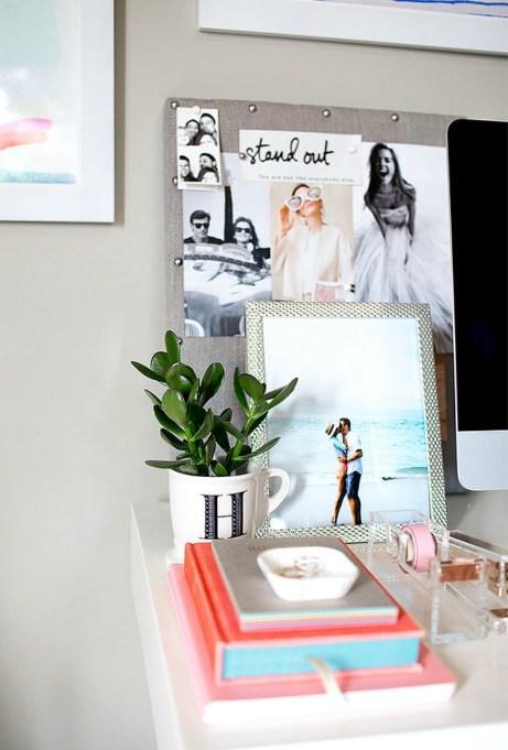 Η Christine έχει φτιάξει τόσο όμορφα το γραφείο της προσθέτοντας προσωπικά στοιχεία, που την κάνουν να νιώθει όμορφα, ενώ επίσης την εμπνέουν να συνεχίσει με πολύ ζήλο και αυτοπεποίθηση το όμορφο blog της.
