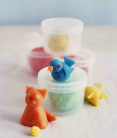 Μην ξεχνάτε ότι τα μικρά σας πρέπει να είναι 3 ετών προτού πιάσουν πλαστελίνη!
