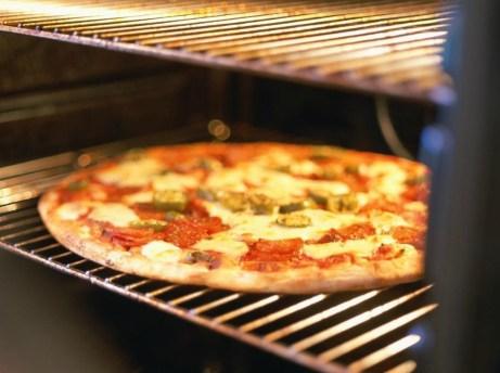 Πρέπει να καθαρίζετε τακτικά τις σχάρες από τον φούρνο σας γιατί εκεί συσσωρεύονται πολλά λίπη και τρόφιμα.