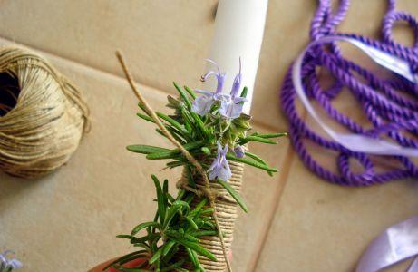 Χρησιμοποιήστε τις άκρες του σπάγκου για να στερεώσετε το δεντρολίβανο πάνω το κερί.