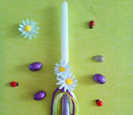 Αντί για φρέσκα λουλούδια, μπορείτε να στολίσετε τη λαμπάδα σας με άλλα μικρά και παιχνιδιάρικα διακοσμητικά αξεσουάρ.