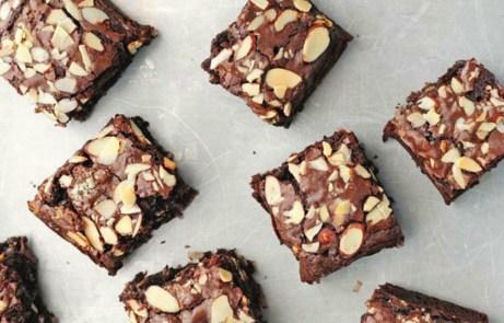 Κόψτε το brownies εύκολα με έναν κόφτη πίτσας.