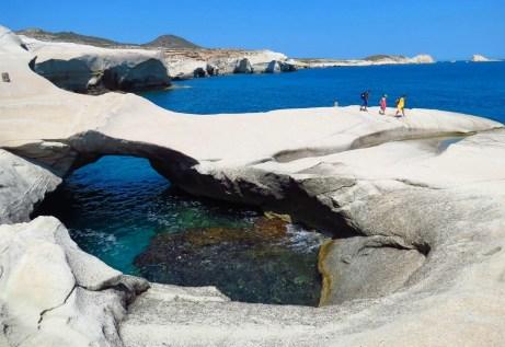 Η παραλία Σαρακήνικο της Μήλου δεν μοιάζει με καμία άλλη στον πλανήτη.