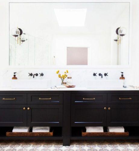 Αν δεν θέλετε να κάνετε κάποια αγορά αλλά σας αρέσει το ασπρόμαυρο τρεντ, μπορείτε να βάψετε κάποιο έπιπλο στο μπάνιο σας σε μαύρο χρώμα και να προσθέσετε κάποια διακοσμητικά.