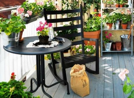 Βάλτε ράφια με γλάστρες και λουλούδια.