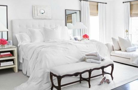 Το λευκό χρώμα προσθέτει ύψος σε ένα δωμάτιο αλλά δυστυχώς μας δημιουργεί την τάση να θέλουμε να δουλεύουμε περισσότερο πάνω στο κρεβάτι.