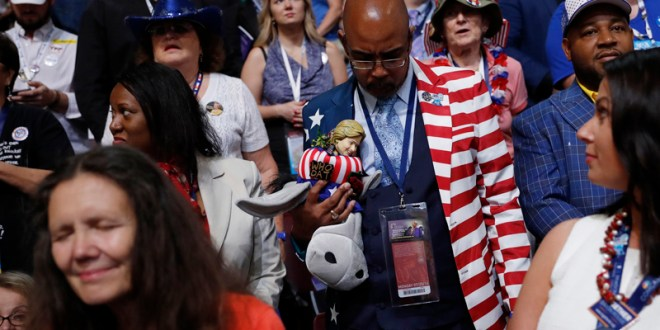 Delegates bow their heads in prayer during the invocation at the start of the first session of the Democratic National Convention in Philadelphia, Pennsylvania, U.S. July 25, 2016. REUTERS/Mark Kauzlarich  - RTSJLAC