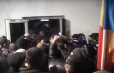 АНТИАМЕРИЧКИ ПРЕВРАТ У МОЛДАВИЈИ: Демонстранти упали у парламент! (ВИДЕО)