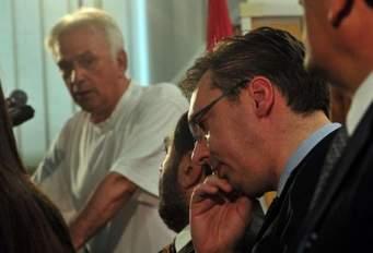 Неповерљив поглед Марка Јакшића у забринутог Вучића