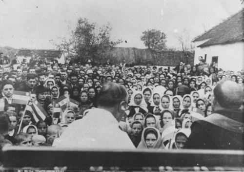 Zloglasni-svestenik-Sidonije-Solc-vrsi-obred-masovnog-katolicenja-pravoslavnih-Srba.-Kozarska-Dubica-avgust-1941.-godine-670x472