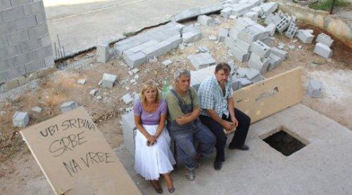 """Zadar, 210809. Vlasnici obnovljene kuce u zadarskom predjelu Ricine srpske su nacionalnosti i trpe ucestala """"maltretitanja"""" susjeda, dok ih nije bilo nekoliko im je puta provaljeno u kucu , a zadnja steta ucinjena je sruseni veliki ogradni zid. Na fotografiji: Jovanka Sladakovic jedna od vlasnica kuce (lijevo) i njen brat Nikola Zezelj (desno). Foto : Andrija Lucic / Cropix"""