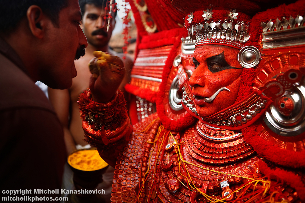 Swami Samarth 3d Wallpaper Indian Traditions Theyyam Blessing A Devotee With