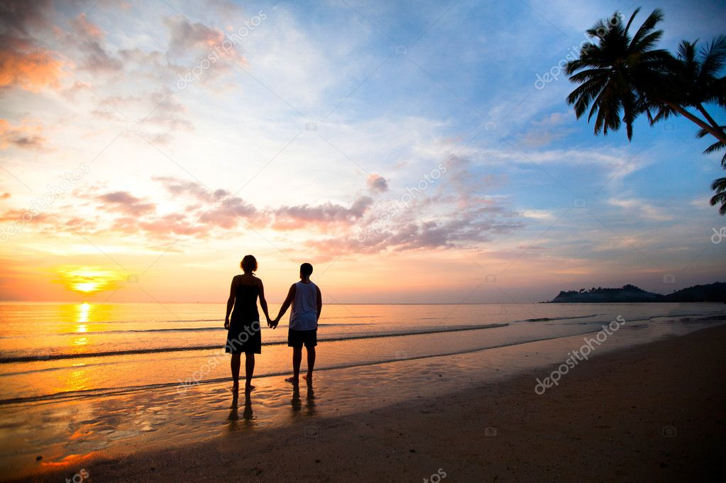 Cute Couple Holding Hands Wallpapers A Young Couple In Love Holding Hands At Sunset At The