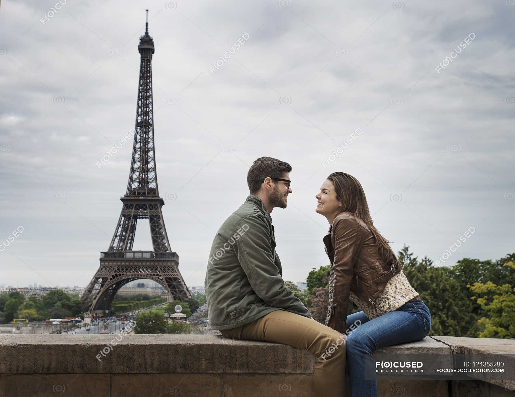 Photo Stock Paris Couple In Paris With The Eiffel Tower In The Background