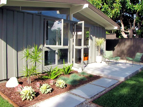 Mid-Century Modern Curb Appeal - Roundtree Landscaping - Dallas, Tx