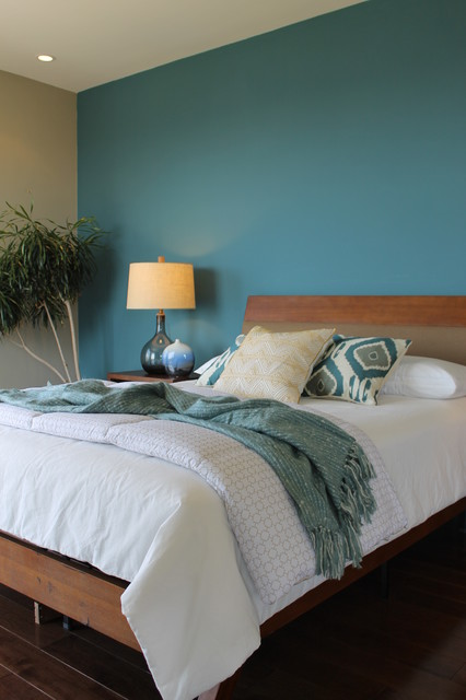 Petrol Wandfarbe Schlafzimmer Teal Blue Wall, Ikat Pillows, Seeded Glass Lamps - Modern