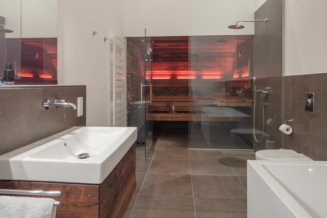 Schmales Badezimmer mit Design-Sauna in Altholz im Penthouse - badezimmer mit sauna