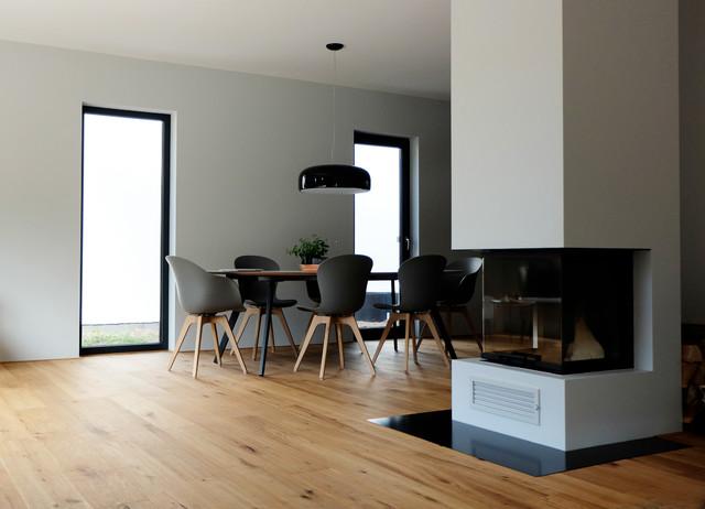 Haus B \/ Raumteiler Kamin zwischen Wohn- und Essbereich - wohn und esszimmer modern