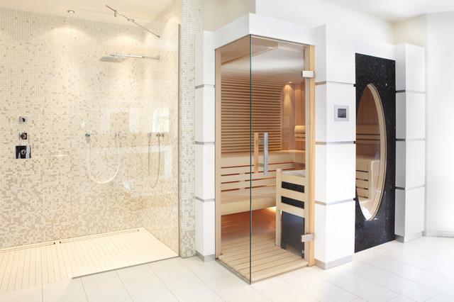 Sauna mit Glas über Eck und großem ovalen Fenster - Modern - badezimmer mit sauna