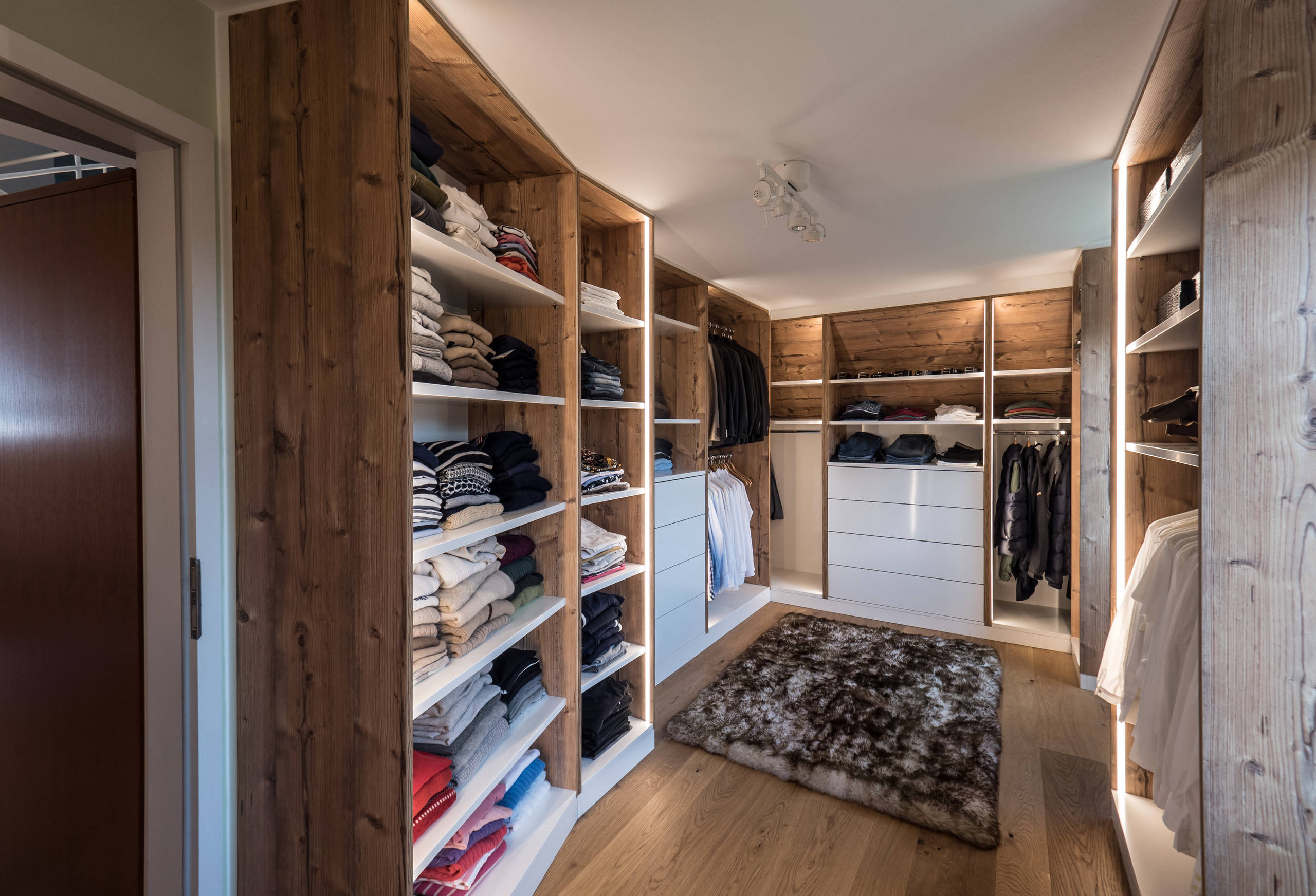 Ankleidezimmer Modern 75 Beautiful Rustic Closet With Open Cabinets Pictures & Ideas - April, 2021 | Houzz
